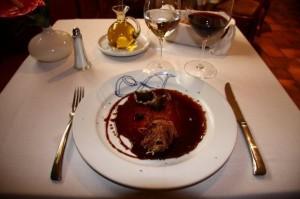 Paloma en hilos de verdura con salsa de vinos generosos.