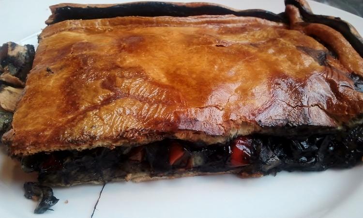 No es un pote, pero es una magnífica empanada gallega de chocos en su tinta.