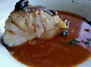 Bacalao, liliáceas asadas y su jugo de Manolo de la Osa.
