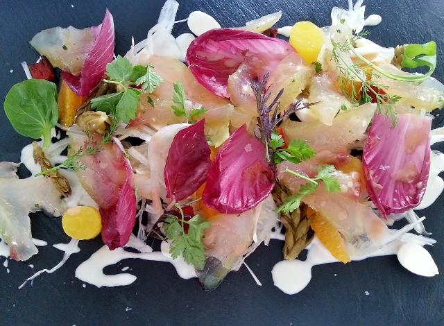 Ensalada fresca de sashimi de denton y raim de pastor encurtido