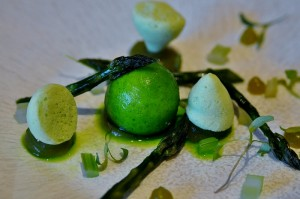 Espárragos con apio y cilantro.