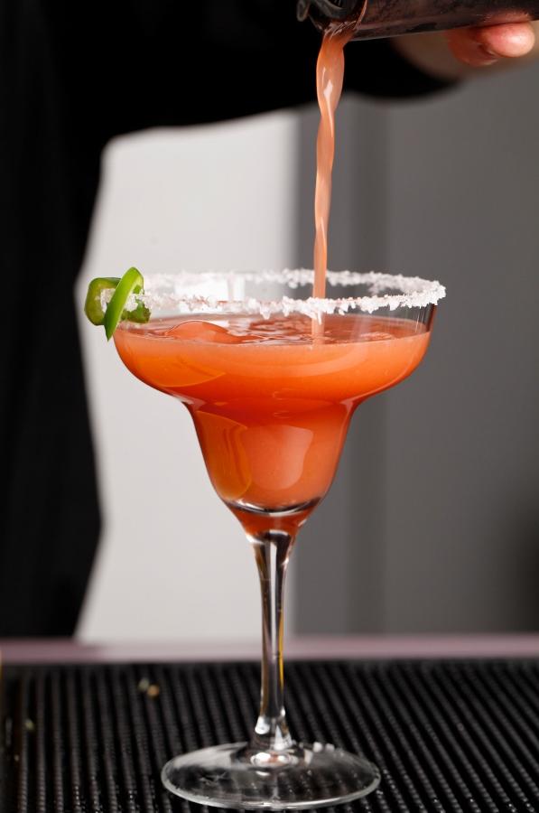 Margarita Punto MX: tequila, fresas y jalapeños.