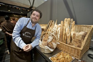 Paco Fernández en su nuevo puesto del Mercado de San Antón