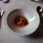Centollo, cajada de su coral, erizo y jugo de tomate raf
